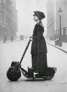 Vintage London: Lady Florence Norman, a suffragette, on her motor-scooter in travelling to work at offices in London where she was a supervisor. The scooter was a birthday present from her husband, the journalist and Liberal politician Sir Henry Norman. Vintage Pictures, Old Pictures, Old Photos, Look Retro, Motor Scooters, Women In History, History Pics, Vintage Photographs, Belle Photo
