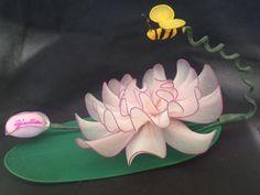 Bomboniera con fiore orientale e ape, realizzata a mano con filanca setata, tulle e organza