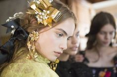 Gold is the metal that will make you shine in 2018 (The Blonde Salad) Trends 2018, Fashion News, Fashion Show, Fashion Design, Women's Fashion, The Blonde Salad, Golden Hair, Dress Hairstyles, Hair Affair