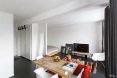 Квартира-студия на «Новочеркасской» с нейтральной отделкой, дизайнерскими объектами и индийским шёлковым ковром