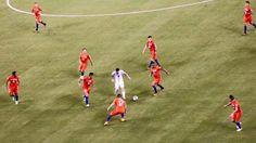 El diario La Nación, de Argentina, conversó con el autor de la foto de Lionel Messi en la que aparece rodeado de nueve rivales chilenos durante la final de la Copa América Centenario. (Foto: Twitter)