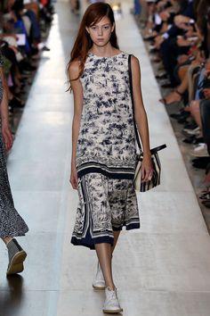 http://www.vogue.de/fashion-shows/kollektionen/fruehjahr-2015/new-york/tory-burch/runway/00140h