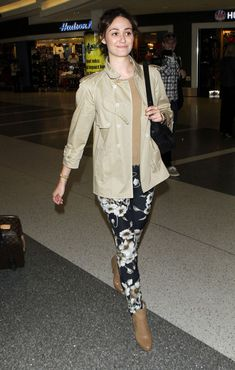 Emmy Rossum Photos - Actress Emmy Rossum and boyfriend Tyler Jacob Moore arriving for a flight at LAX airport in Los Angeles, CA. - Emmy Rossum And Tyler Jacob Moore Arriving For A Flight At LAX Nude Outfits, Fashion Outfits, Emmy Rossum, Girl Crushes, Printed Leggings, Capsule Wardrobe, Celebrity Style, Street Style, My Style