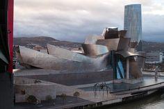 ビルバオ・グッゲンハイム美術館 ビルバオ・グッゲンハイム美術館(Museo Guggenheim Bilbao, 英語:Guggenheim Museum Bilbao)は、スペインのバスク自治州ビルバオ市にある、近現代美術専門の美術館。アメリカの建築家フランク・ゲーリーによって設計された。 Bilbao Guggenheim Museum In the Basque Country in Bilbao city of Spain , modern and contemporary art specialist museum . Designed by the American architect Frank Gehry .
