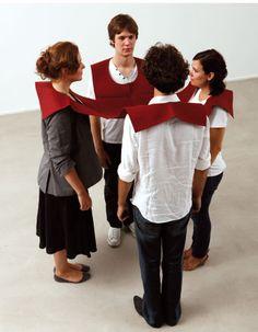 Opdrachtsvorm: textiel -performancekunst. eindfase: expositievorm. FRANZ ERHARD WALTHER
