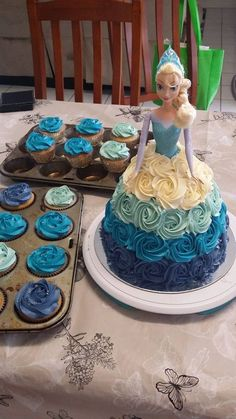 Sharing Sunday: The Best Home Decorated Cakes! Frozen Dolly Varden Cake - Sharing Sunday: The Best Elsa Birthday Cake, Frozen Themed Birthday Party, Princess Birthday, 3rd Birthday, Frozen Birthday Cupcakes, Carnival Birthday, Frozen Party, Birthday Ideas, Birthday Parties