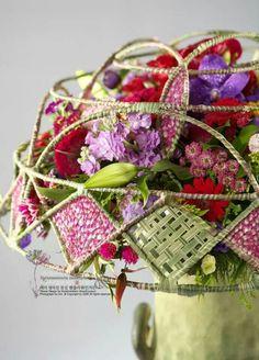 Harlequin Flower Show, Flower Art, Art Floral, Flora Design, Funeral Flowers, Floral Necklace, Simple Flowers, Leaf Art, Flower Boxes