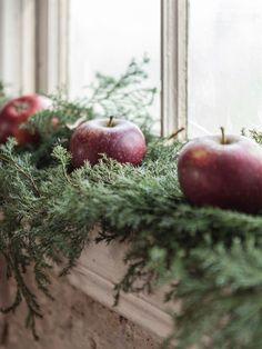 Ideas and inspiration Swedish Christmas, Merry Christmas To All, Christmas Mood, Scandinavian Christmas, Little Christmas, Country Christmas, White Christmas, Tree Decorations, Christmas Decorations