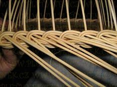 OPLET DNA MIRAHELKA – pletynek – album na Rajčeti Rattan, Rolled Paper, Clothes Hanger, Dna, Diy And Crafts, Projects, Wicker, Baskets, Paper Envelopes