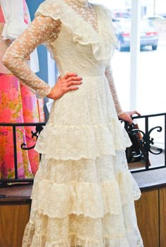 Vintage 70s Ladies Ecru Lace Wedding Dress sz: S (# 13898)