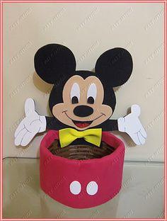 Enfeite feito com eva e cesta de vime.    Medida: altura 22 cm R$ 13,00