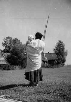 "Pohronská Polhora, okres Brezno, Spôsob nosenia detí v plachte (""polke""). Couple Photos, Couples, Couple Shots, Couple Pics, Couple Photography, Romantic Couples, Couple"