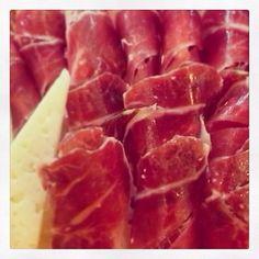 Jamón ibérico - Spanish ham Preparación de bandejas para eventos especiales #delicatessen #gourmet #Palma #Mallorca #Charcutería #LaPajarita #food #good #aperitivo #ideas www.lapajarita1872.com