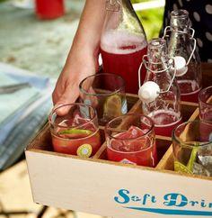 Rhubarb-Spritz – So versatile is rhubarb – Wedding Theme Ideas Party Drinks, Party Snacks, Cocktail Drinks, Fun Drinks, Yummy Drinks, Alcoholic Drinks, Beverages, Smoothie Drinks, Smoothie Recipes