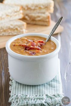 Bean and Bacon Soup! Skip the can - this Homemade Bean and Bacon Soup is hearty and filling and filled with veggies and chunks of bacon! Bean And Bacon Soup, Bean Soup, Soup Recipes, Cooking Recipes, Healthy Recipes, Bacon Recipes, Recipes Dinner, Homemade Beans, Gula