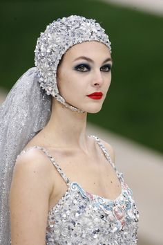 First Valentino, Now Chanel & Dior Make A Splash With Couture Swimming Caps — British Vogue Chanel Couture, Couture Fashion, Fashion Art, Fashion Beauty, Fashion Show, Fashion Spring, Daily Fashion, Paris Fashion, Street Fashion