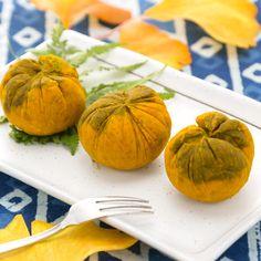 かぼちゃのチーズ入り茶巾のレシピ やっと過ぎたか、ハロウィンちゃん。 お化けカボチャの始末に困って、あぁして、こうして、こうなった★  抹茶とカボチャで、ぐぐっと絞れば、お気軽、お手軽、かぼちゃのチーズ入り茶巾。            材料  ★2人分の材料です。 かぼちゃ………150g 砂糖………大2 クリームチーズ………40g 抹茶………大1/2     作り方  かぼちゃは皮をそぎ落とし、一口大に切って耐熱容器に入れ、ふんわりラップをして レンジにかけ、