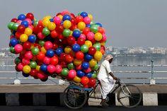 Bici dal mondo, un venditore di palloncini, India