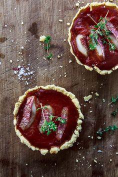 Leckere Tartelettes mit Tomaten-Coulis und Rotbarben-Filet. Die Tartelettes de rougets sind ein französischer Klassiker.