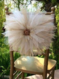 No começo as cadeiras em festas de casamento eram encapadas de branco. Depois vieram as horrendas capas drapeadas e, quando parecia que todos se contentariam com cadeiras Tiffany em acrílico, surgi…