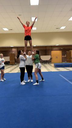 ☀️ # Cheer pyramids Half-ups Easy Cheerleading Stunts, Cool Cheer Stunts, Cheer Jumps, Cheer Tryouts, Cheer Coaches, School Cheerleading, Cheerleading Cheers, Cheer Pyramids, Cheerleading Pyramids