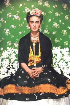 Frida Khalo, es ella quien instaló la moda de las flores en el pelo! y la amo!