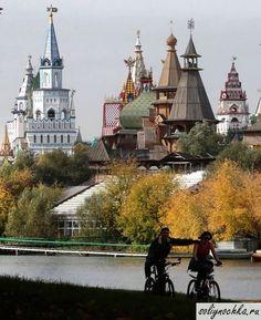 Велосипедисты в осеннем парке на фоне Измайловского кремля, Москва, Россия