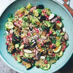 Marokkaanse quinoasalades bestaan vaak uit een prachtige mix van smaken. Deze glutenvrije combinatie met zoete rozijnen, knapperige amandelen en verse kruiden is onweerstaanbaar. Het recept is afkomstig uit het kookboek 'The Green Kitchen Travels'....