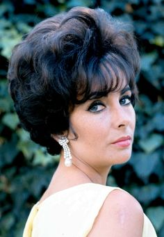 When it comes to classic yet sexy style, no one did it quite like Elizabeth Taylor. The Old Hollywood bombshell has inspired many a fashionista for years over. With her classic style, raven locks, and. Elizabeth Taylor Schmuck, Elizabeth Taylor Eyes, Jackie Kennedy, Brigitte Bardot, Elegant Hairstyles, Bob Hairstyles, Vintage Hairstyles, Hollywood Glamour, Old Hollywood