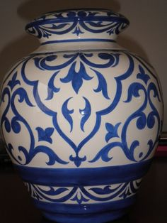 Put a pattern on vase Blue Pottery, Ceramic Pottery, Ceramic Art, Pottery Painting Designs, Pottery Designs, Plate Art, Painted Boxes, China Painting, Hand Painted Ceramics