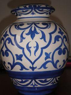"""Divertido Vaso flores . Peça decorativa de muito bom gosto, tom forte e alegres. Vaso decorativo, produzido e pintado artesanalmente, esmaltado e queimado a 1000ºC, em forno elétrico. Cor azul Royal *Além de ser, uma linda peça de decoração é muito útil. * É uma ótima opção de presente para qualquer ocasião '' Fica a dica """" *Este modelo tenho para pronta entrega. *Sob encomenda a peça pode ser feita em outra cor, tempo estimado para produção é de aproximadamente 30 dias, contado a partir ..."""