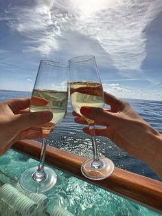 What to expect on your first cruise In making homemade wine, the actual kiwi are Fun Drinks Alcohol, Wine Drinks, Alcoholic Drinks, Veggie Juice, Homemade Wine, Romantic Honeymoon, Painted Wine Glasses, Wine O Clock, Food Places
