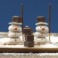 Snowmen from pepper nuts Weihnachtsgebäck Christmas Sweets, Christmas Baking, Winter Christmas, Christmas Cookies, Christmas Time, Xmas, Baking Logo, Wooden Snowmen, Baking Cupcakes