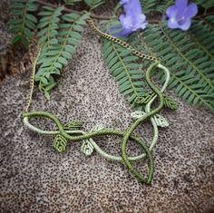 collar de macramé de hojas estilo celta élfico en verde