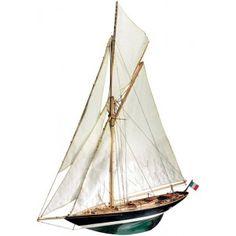 Éric Tabarly, tombé amoureux de son premier Pen Duick en 1938, l'aura fait naviguer jusqu'en 1998, année de sa disparition. Ce superbe cotre de régates dessiné en Écosse par William Fife III en 1898 reste le symbole de ce grand homme qui est devenu une légende pour les amoureux de la mer.