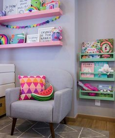 Imagens do perfil @decorbabyandkids. Quarto de bebê  com toques de cor, nichos para brinquedos e papel de parede. Cômoda em laqueado rosa, nichos para livros e prateleiras coloridas. Almofadas coloridas e divertidas