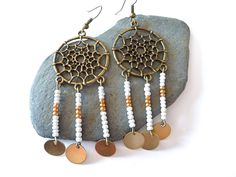 Une jolie paire de boucles d'oreilles attrape rêve : http://www.alittlemarket.com/boutique/clouds_are_yellow-1267595.html