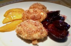 Topfenknödel mit Zwetschkenröster und Quitten-Kompott – #Rezept für Quarkknödel aus #Siebenbürgen #Kochen #Knödel #Dessert #Süßspeise Strudel, Pancakes, French Toast, Deserts, Food And Drink, Low Carb, Cheese, Breakfast, Recipes