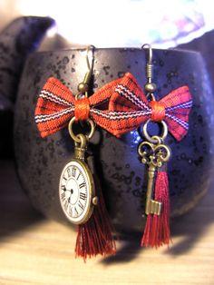 """Paire de boucles d'oreilles """"So British"""" aux tons rouges ! La patience, la clé du temps..."""