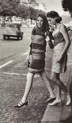 """Paris années 1960 """"Jeunes femmes sur les Champs-Elysées""""   Photo:Janine Niepce"""