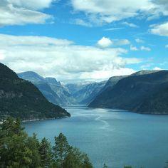 Instagrammers travelingdutchies ontdekken het prachtige Noorwegen en plaatsten #meteenhuurautoziejemeer bij deze foto op Instagram om hun roadtrip plezier te delen.