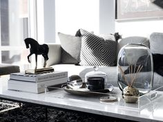 home interior decorating party fundraisers Coffee Table Styling, Cool Coffee Tables, Coffe Table, Decorating Coffee Tables, Table Decor Living Room, Interior Design Living Room, Living Room Designs, Modern Interior, Interior Decorating