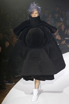 Los diseños de Comme des Garçons son dignos de un museo. La diseñadora japonesa Rei Kawakubo ha ideado una colección con volúmenes imposibles, de formas arquitectónicas que borra l