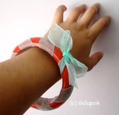 Brăţară fixă de plastic, de culoare roşie, cu discrete irizaţii strălucitoare în lumină. Brăţara este decorată cu o pănglicuţă delicată, de culoare verde deschis. (12 LEI la galupcik.breslo.ro) Lei, Plastic, Bracelets, Green, Bracelet, Arm Bracelets, Bangle, Bangles, Anklets