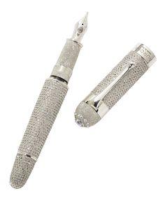 Un magnifico diamante cabochon è incastonato nellatestina come coronamento allo splendore di 1.919diamanti certificati De Beers. Per sublimare lapreziosità del più esclusivo strumento di scritturamai realizzato al mondo di oltre 30 carati.