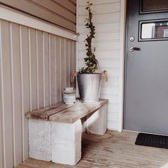 DIY en enkel bänk.Bänken är gjord av 4 murstenar o två gamla plank, brädor får nu pryda utanför ytterdörren