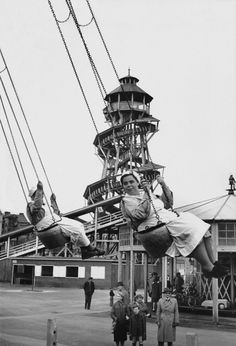 Krankenschwestern auf einem Ringelspiel im Prater. Wien 1954. Good Old Times, Magnum Photos, Concert Hall, Old Pictures, Black And White Photography, Vienna, Austria, Statue Of Liberty, Old Things