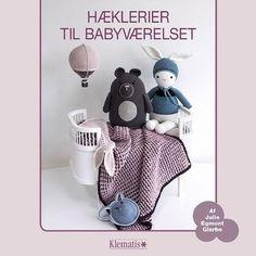 Designer: Julie Egmont Glarbo Hækl legetøj og lækkert udstyr til babyværelset i tidens pasteller. Her er komplette opskrifter på bløde rangler og rasledyr, krammekaniner og gulvbamser, luftballoner og tæpper foruden guirlander med forskellige søde motiver.  Forlag: Klematis 48sider  År2016  180x180mm  ISBN978-87-7139-243-2