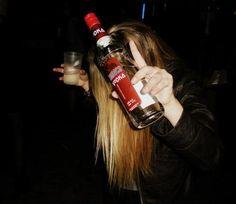 Самые популярные тэги этого изображения включают: drunk, girl, vodka, alcohol и party