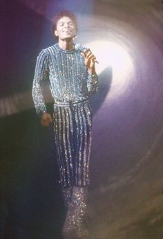 young michael jackson has style. Michael Jackson Outfits, Michael Jackson Kostüm, Micheal Jackson Costume, Jackson Family, Jackson 5, King Of Music, The Jacksons, Record Producer, American Singers